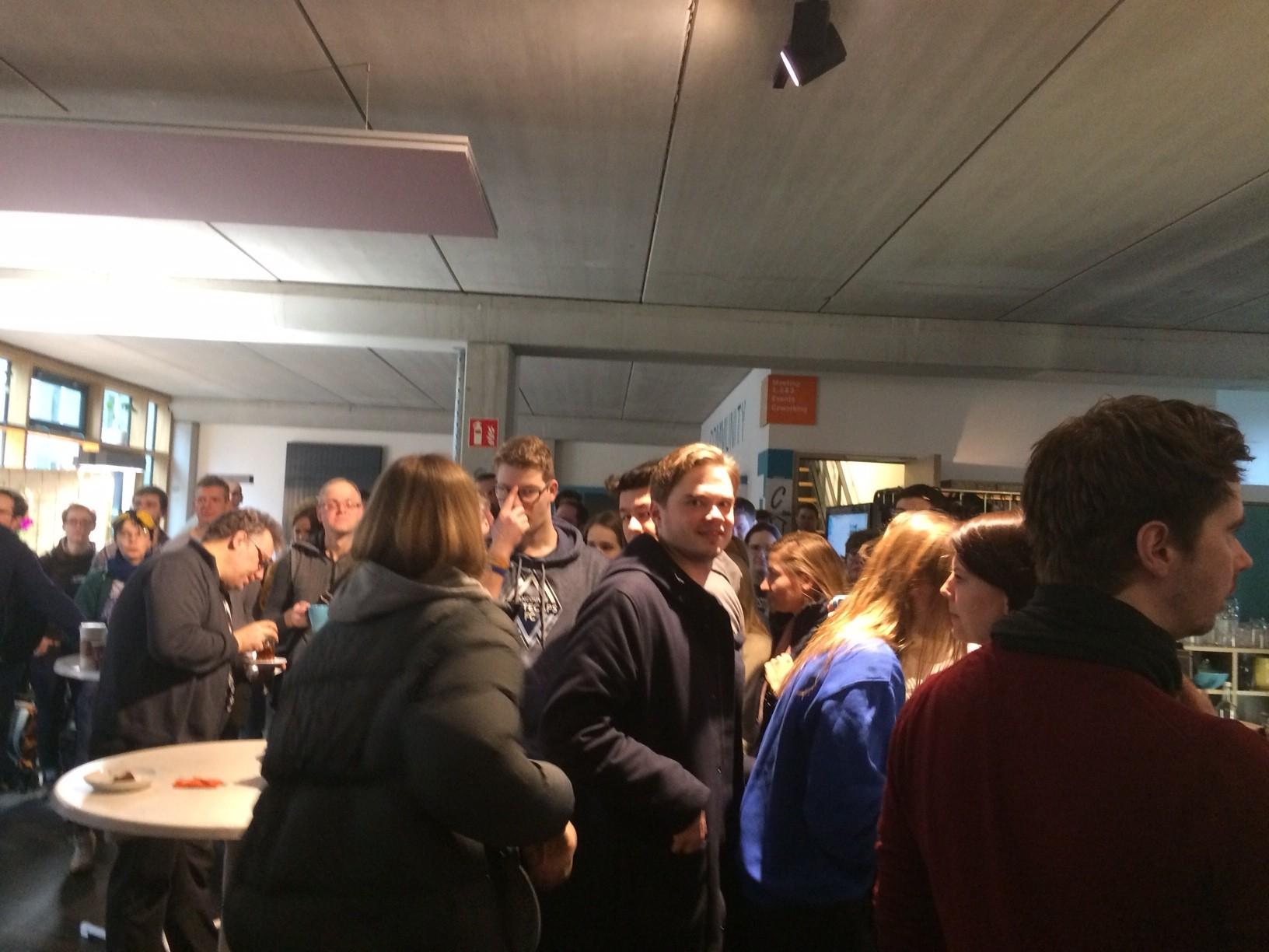 Am Samstag morgens früh aufstehen: Hackday-Teilnehmer an der Kaffeebar